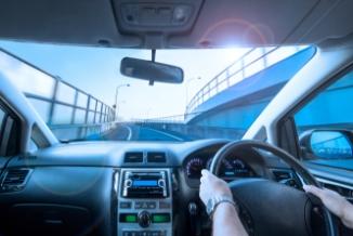 熱遮断効果で太陽光線を和らげ車内温度上昇を抑えます。